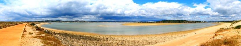 Vista panorámica de los lagos del agua salada en Portugal imagenes de archivo