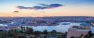 Vista panorámica de Malta con las paredes de La Valeta en la oscuridad - Malta Imagen de archivo