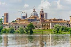 Vista panorámica de Mantua Lombardía, Italia de la orilla del Imagenes de archivo