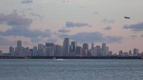 Vista panorámica de Miami céntrica Puesta del sol nublado La Florida, los E almacen de video