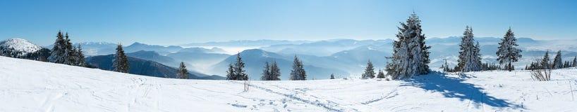Vista panorámica de montañas coronadas de nieve Imagen de archivo libre de regalías