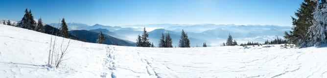 Vista panorámica de montañas coronadas de nieve Imágenes de archivo libres de regalías