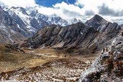 Vista panorámica de montañas en la Cordillera Huayhuash, montañas de los Andes, Perú foto de archivo