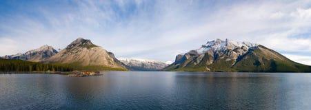 Vista panorámica de montañas rocosas Imagen de archivo libre de regalías