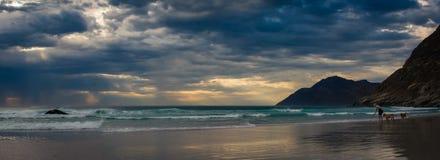 Vista panorámica de montañas y cielo y la playa en la puesta del sol fotos de archivo libres de regalías