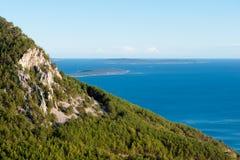 Vista panorámica de montañas y del mar de Lubenice en Cres Fotos de archivo