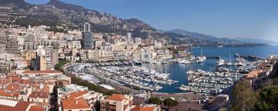 Vista panorámica de Monte Carlo en Mónaco con los tejados rojos y los yates blancos Símbolo de la costa de Azur de la vida de luj foto de archivo