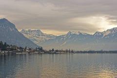 Vista panorámica de Montreux y del lago Lemán en la puesta del sol en invierno imágenes de archivo libres de regalías