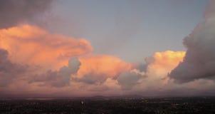 Vista panorámica de nubes sobre San Diego, California imagen de archivo