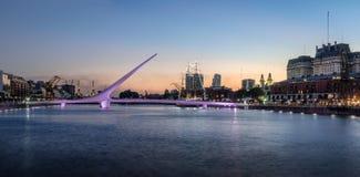 Vista panorámica de Puerto Madero y puente para mujer - Buenos Aires, la Argentina fotografía de archivo