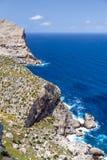 Vista panorámica de rocas y del mar grandes Imagen de archivo libre de regalías