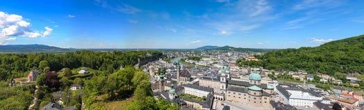 Vista panorámica de Salzburg y de los alrededores, panorama cosido Austria imagen de archivo