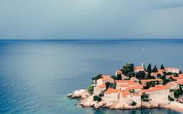 Vista panorámica de Sveti Stefan, o de St Stephan en Budva, Montenegro imagenes de archivo