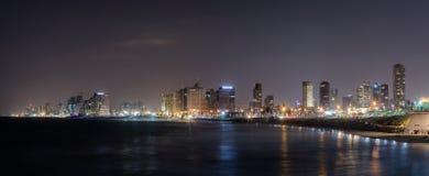 Vista panorámica de Tel Aviv, de la ciudad y de la bahía en la noche Visión desde la 'promenade' de la ciudad vieja Yafo, Israel imagenes de archivo
