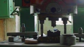 Vista panorámica de tres máquinas de trabajo del metal en taller anticuado viejo almacen de metraje de vídeo