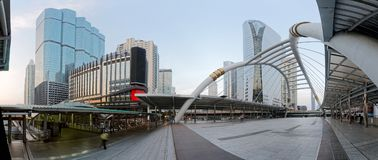 Vista panorámica de un centro de la ciudad del puente peatonal adentro de la ciudad de Bangkok con los altos edificios de la subi Foto de archivo