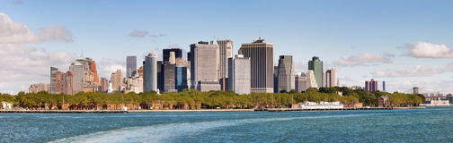 Vista panorámica de un horizonte más bajo de Manhattan fotos de archivo