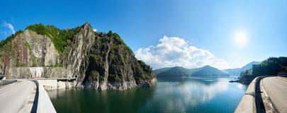 Vista panorámica de un lago en montañas rumanas imagen de archivo