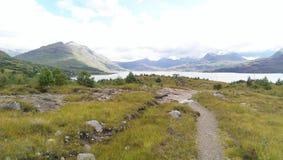 Vista panorámica de un lago y de colinas Fotografía de archivo