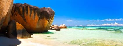 Vista panorámica de un Océano Índico tropical de Seychelles de la playa de la isla Fotografía de archivo