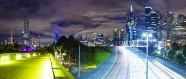 Vista panorámica de una ciudad moderna fotos de archivo