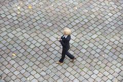 Vista panorámica de una empresaria en la calle Fotografía de archivo libre de regalías
