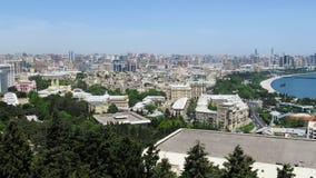 Vista panorámica de una megalópoli grande de la ciudad por el mar en el día de verano Baku, Azerbaijan Timelapse almacen de metraje de vídeo