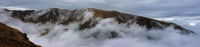 Vista panorámica de una montaña congelada en Rumania Imagenes de archivo