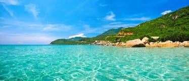 Vista panorámica de una playa tropical Fotos de archivo libres de regalías