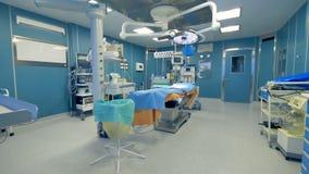 Vista panorámica de una sala de urgencias vacía del hospital con el equipamiento médico almacen de video