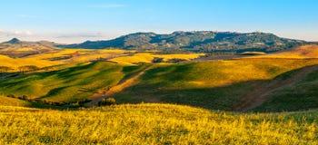 Vista panorámica de Volterra y del paisaje montañoso toscano surronding, Toscana, Italia Fotos de archivo