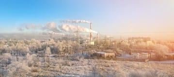 Vista panorámica del área industrial de la ciudad con muchas pilas que fuman y tubos de plantas y de fábricas Concepto de la cont imagen de archivo libre de regalías