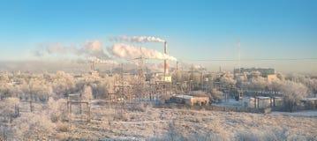 Vista panorámica del área industrial de la ciudad con muchas pilas que fuman y tubos de plantas y de fábricas Concepto de la cont foto de archivo libre de regalías