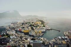 Vista panorámica del archipiélago y del centro de ciudad hermoso de Alesund, Noruega imágenes de archivo libres de regalías