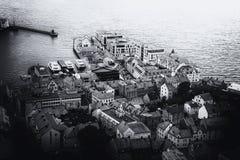 Vista panorámica del archipiélago y del centro de ciudad hermoso de Alesund, Noruega imagen de archivo