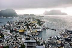 Vista panorámica del archipiélago y del centro de ciudad hermoso de Alesund, Noruega imagenes de archivo