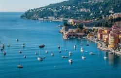 Vista panorámica del ` Azur de Cote d cerca de la ciudad de Villefranche-sur- Imagenes de archivo