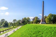 Vista panorámica del callejón del parque de Duthie con el río Dee y el obelisco de McGrigor, Aberdeen fotografía de archivo