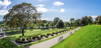 Vista panorámica del callejón del parque de Duthie con el río Dee y el obelisco de McGrigor, Aberdeen foto de archivo