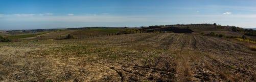 Vista panorámica del campo agrícola, colinas del fondo de las montañas del Cáucaso Krasnodar, Rusia Imagen de archivo