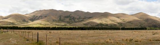 Vista panorámica del campo y cordillera en Nueva Zelanda Fotografía de archivo