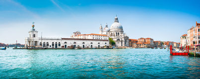 Vista panorámica del canal grande con los di Santa Maria della Salute, Venecia, Italia de la basílica Fotografía de archivo libre de regalías