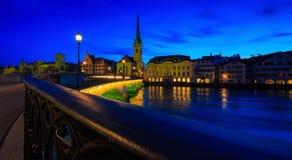 Vista panorámica del centro de ciudad histórico de Zurich con famoso Fotografía de archivo libre de regalías