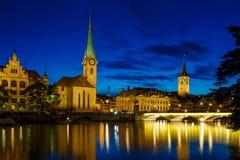 Vista panorámica del centro de ciudad histórico de Zurich con Fraumu famoso Fotografía de archivo libre de regalías