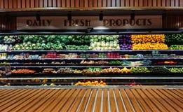 Vista panorámica del contador vegetal de la parada en supermercado imagen de archivo
