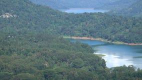 Vista panorámica del depósito de Kotmale en la provincia central Sri Lanka metrajes