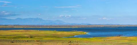 Vista panorámica del depósito de Uda Walawe con montañas en el horizonte Imagenes de archivo