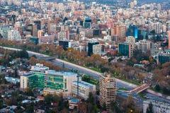 Vista panorámica del distrito de Providencia con el río de Mapocho y la cordillera nevada de los Andes en la parte posterior Fotos de archivo