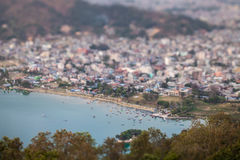 Vista panorámica del embarcadero en el lago Pheva foto de archivo