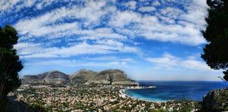 Vista panorámica del golfo de los mondello fotos de archivo